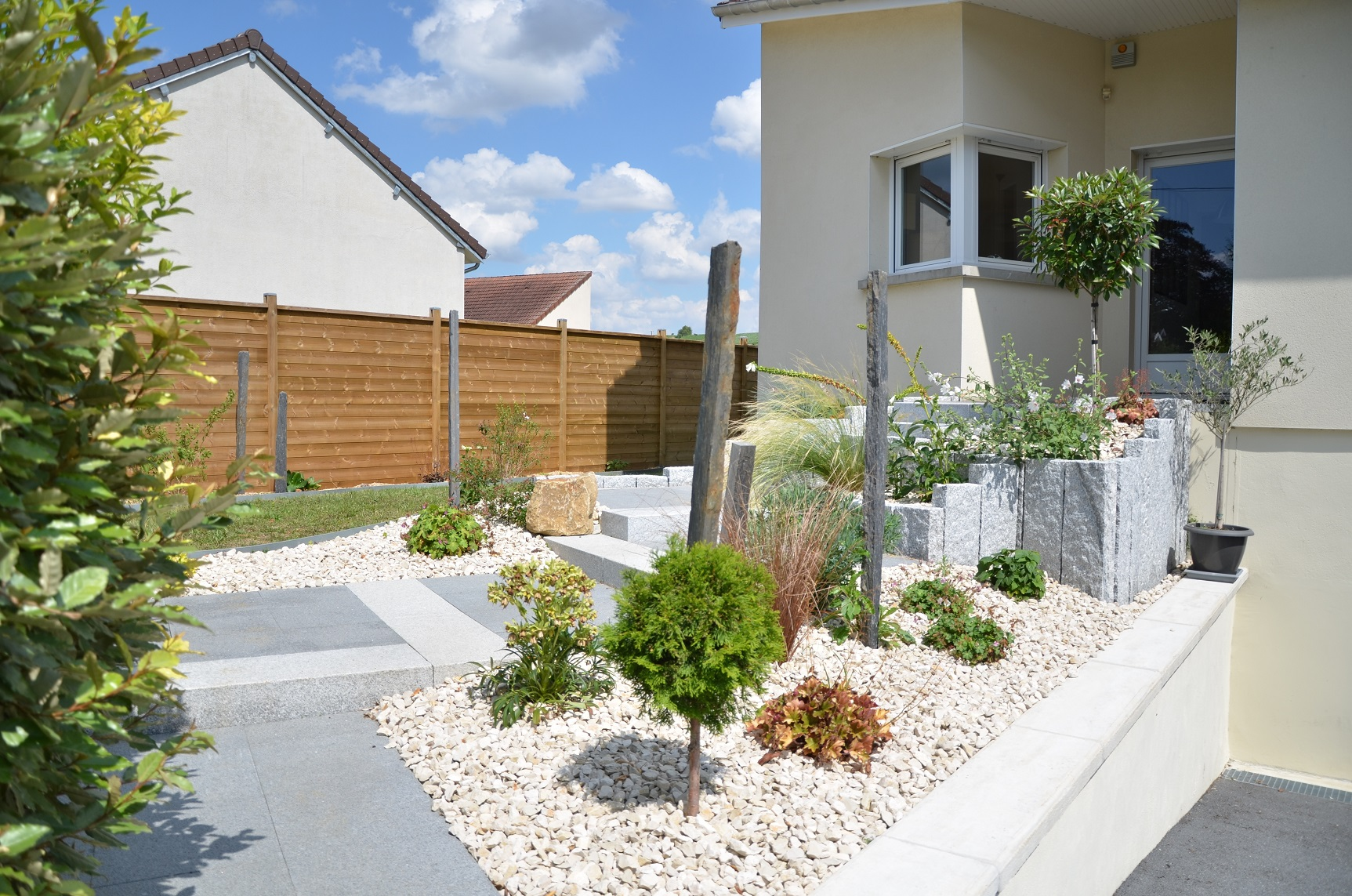 All e acc s maison garage fl jardin paysagiste dans la for Amenagement massif devant maison